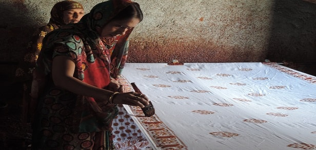 09 Artisans at work on Bhairogarh print
